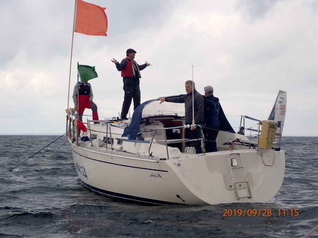 Hønse mangler masten på båden til at holde fast i. Det var lidt af en skøjtebane på fordækket.